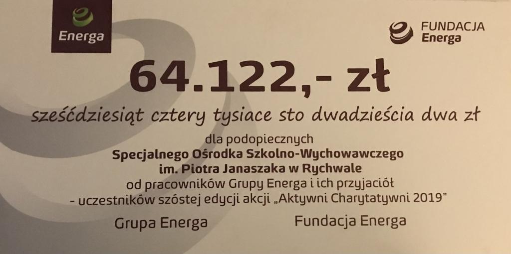 Obraz przedstawiający symboliczny czek dla SOSW w Rychwale przekazany przez Fundację Energa Aktywni Charytatywni 2020 na kwotę 64 tysiące 122 złote.